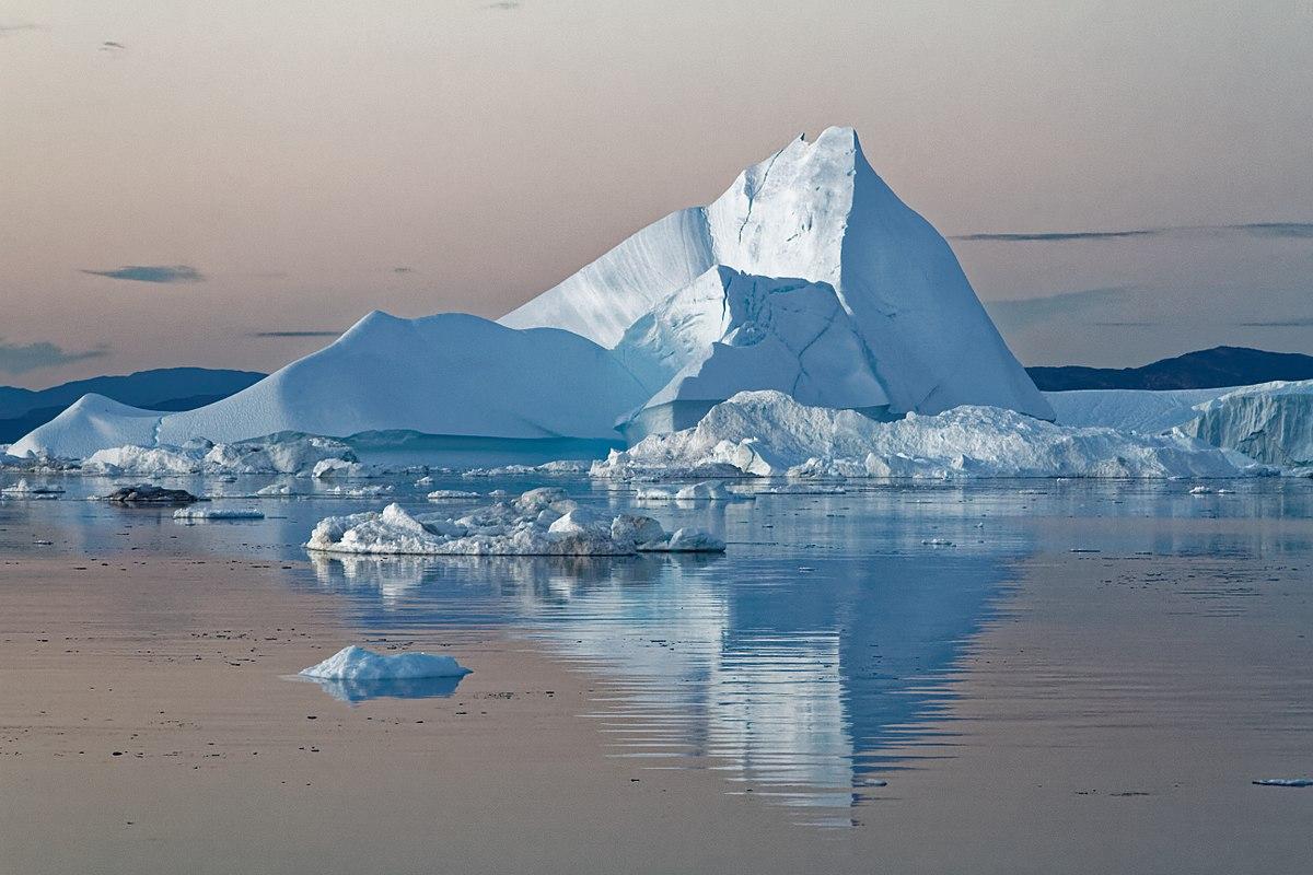 Góra lodowa na archipelagu Svalbard