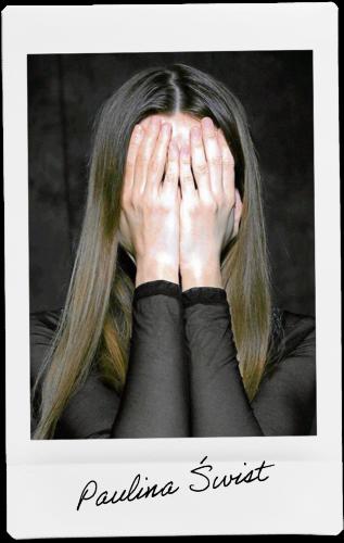 Zdjęcie Pauliny Świst zasłaniającej twarz