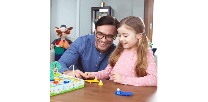 Ojciec z córką przy grze w Skoczki Rodziny Treflików
